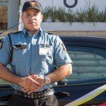 Agente de segurança da Rudder Segurança em frente à viatura