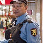 Gestor de shopping cumprimenta agente de segurança da Rudder