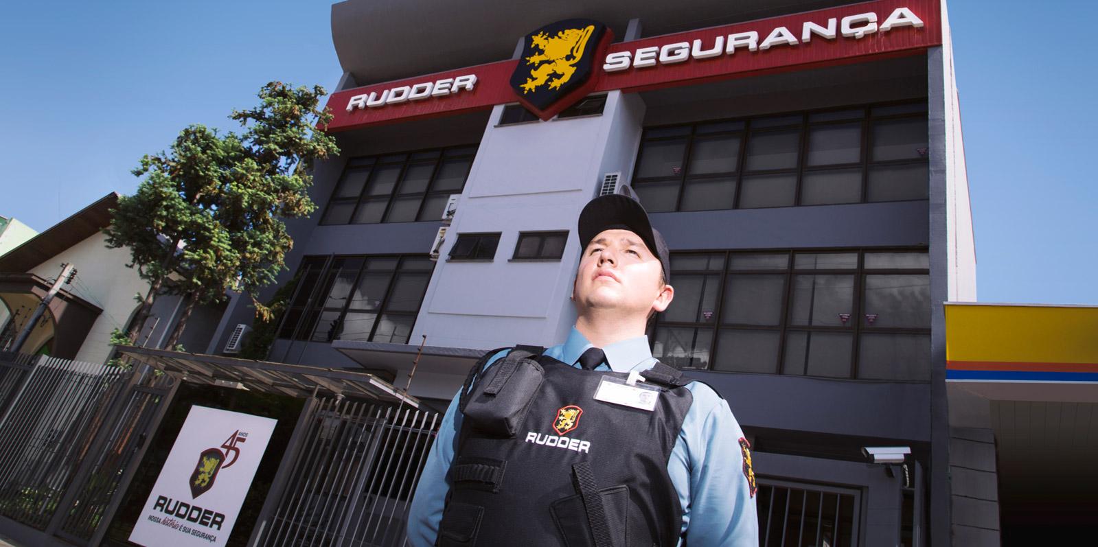 Agente de segurança em frente à prédio comercial