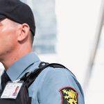 Agente de segurança fala em rádio comunicador