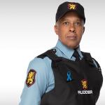 Agentes de segurança usando símbolos de campanha de conscientização