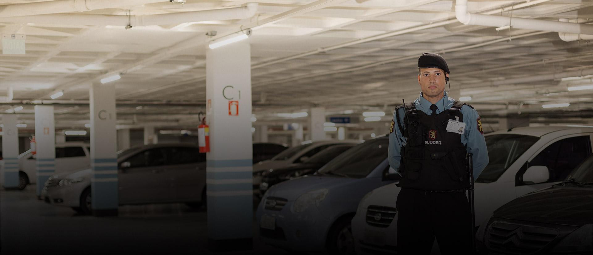Agente de segurança em um estacionamento